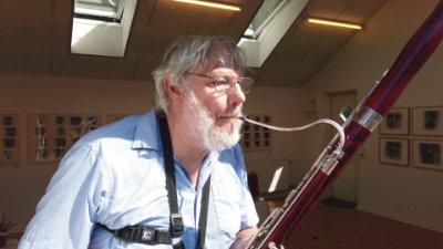 Musiker Henrik Soelmark improviserer på fagot under udstilling af hans installationskunst